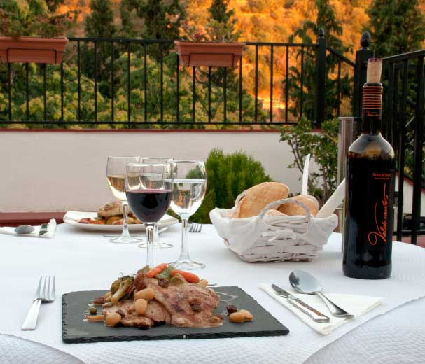 Vous pouvez dîner en été sur la terrasse où vous pourrez profiter d'incroyables vues de l'Alhambra.