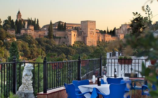 Terraza con vistas a la Alhambra en el Restaurante Flamenco Cueva la Rocío en Granada