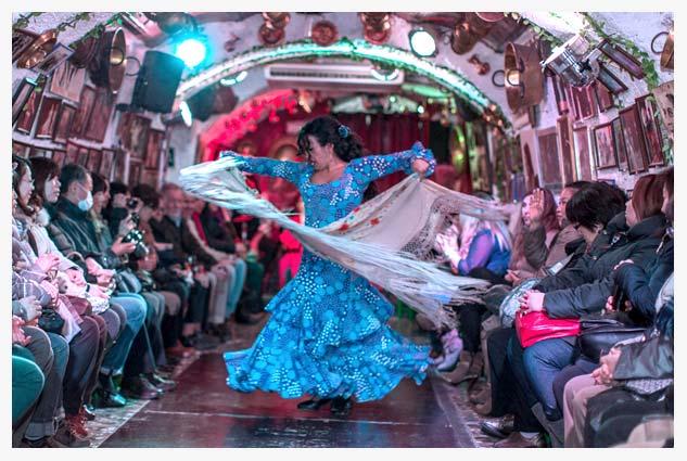 La Rumba donde los clientes son invitados a salir a bailar en espectáculo flamenco